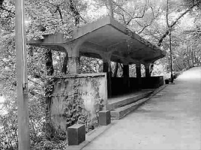 六和塔附近半山腰上的一个水泥亭子其实是以前杭州4路公交车的车站