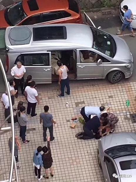 富阳区120指挥中心接到报警后立即派区一院救护车前往,直到救护车赶到,郦医生一直给患者做心肺复苏。接着患者被救护车紧急送至富阳区第一人民医院急诊室