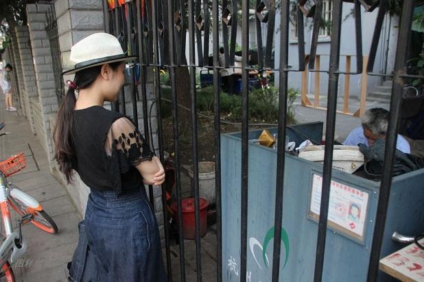 当时30出头的戴大叔夫妻第一次从浙江仙居来到杭州,摆了这个小修鞋铺,这一摆就是20年的时间过去