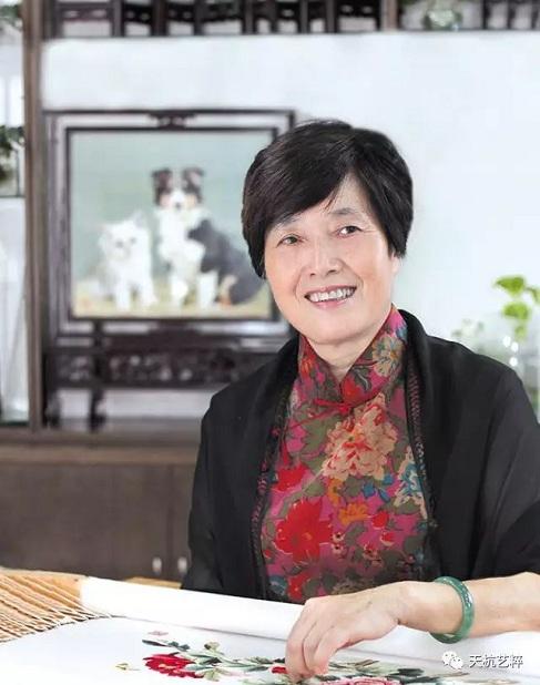 陈水琴,首届中国刺绣艺术大师,她成功创作了双面绣、双面异色绣、双面三异綉,风格自成一派。她曾赴日本、德国、西班牙、俄罗斯等国家表演绣艺,其作品被多家博物馆珍藏
