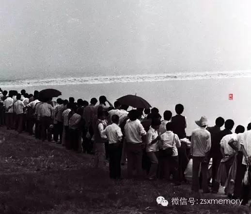 八十年代初,杭城东郊堡坝里观潮。
