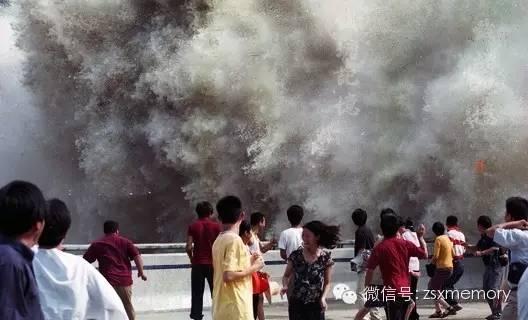 2002年9月8日杭城珊瑚沙,与影友左中右付出较大的代价方掠得的天下奇观钱江潮影像。