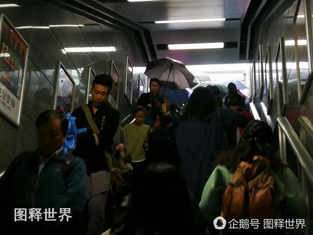 在地铁进口,一位小伙子雨伞差一点戳到一位女孩子的眼镜,好在有镜片保护。旁边乘客提醒小伙子注意打雨伞的时候,不要戳到旁人