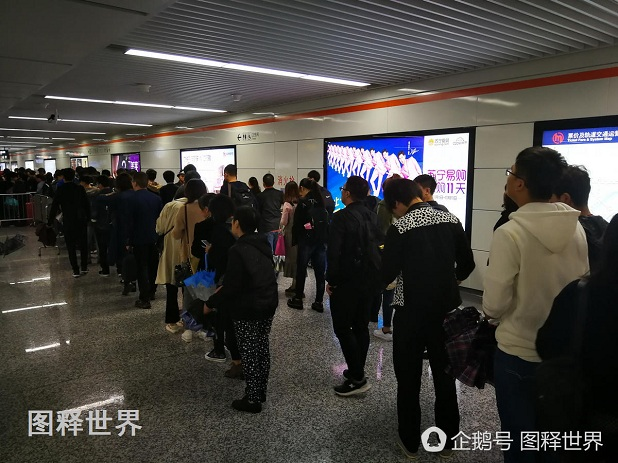 因为地铁站进出口,出站和进站的乘客在同一个空间交汇。平时人流量小的时候感觉不到拥挤,下雨天上下班高峰期,特别撑雨伞时,就显得非常拥挤