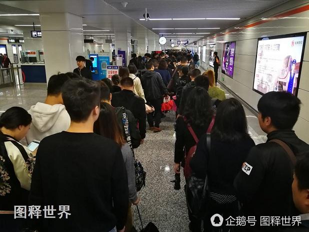 由于周一早高峰时的人流量增大,在地铁口排队等安检的队伍一直排满了整个大厅的两头