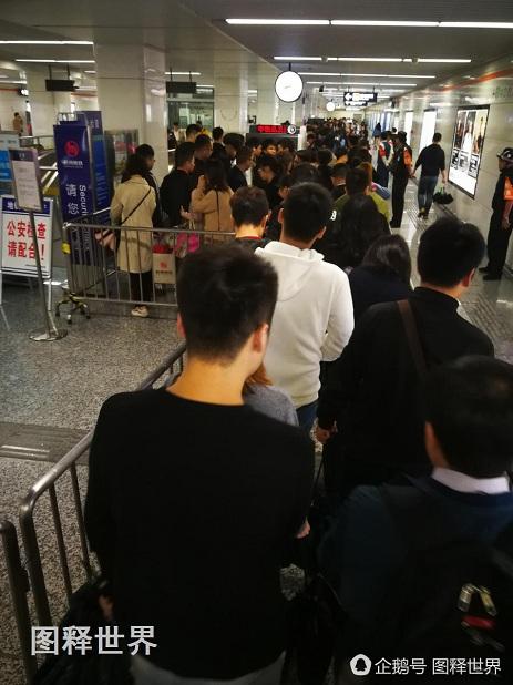 为了加快安检速度,地铁站宣传广播里,滚动播放提醒乘客,提前准备好,主动把雨伞放到安检机,或主动撑开让安检员查看。