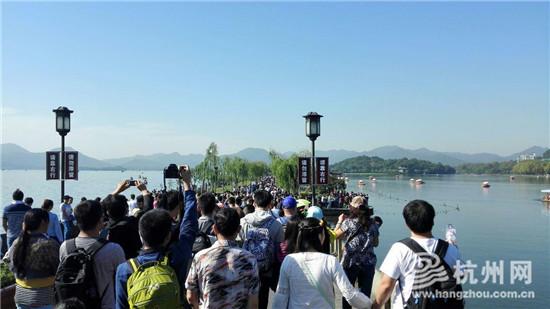 """国庆首日西湖游客同比少四成,2日断桥再现""""人桥"""""""