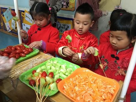 百米长卷齐纳福 巧手品味共迎春 幼儿园开学首日见闻