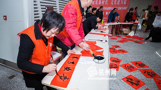春运首日 杭州火车东站给旅客送新春对联
