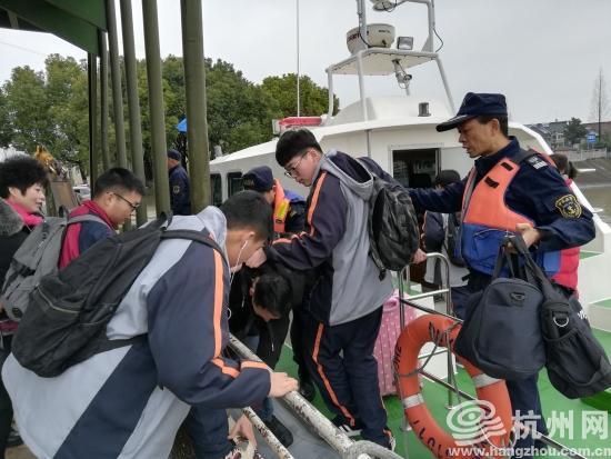 开学第一周遇上泄洪停渡 钱江海事部门做孩子回家路上的守护者