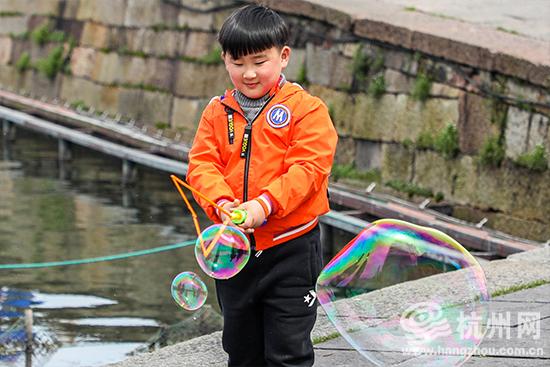 杭州西湖雨过天晴遇暖阳 游人出游享春意(组图)
