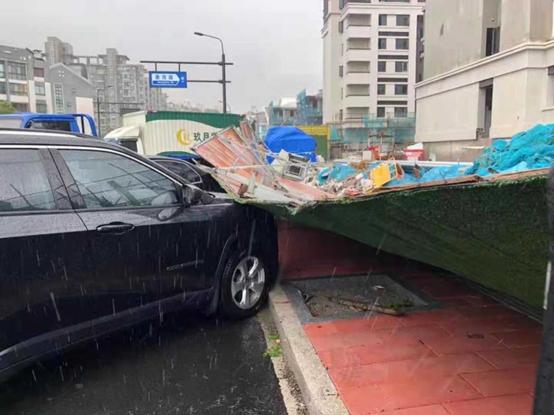 余杭一建筑工地围挡倒塌砸中两辆汽车...