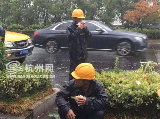 抢修仍在继续!富阳电力维修工在路边...