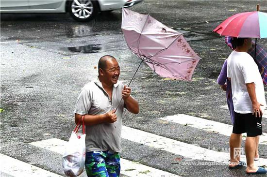 台风利奇马与雨伞较劲