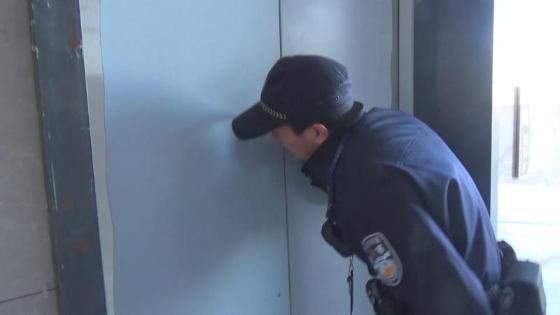 被困电梯后杭州大叔淡定吃起柚子 救援人员为他的做法点了个大大的赞
