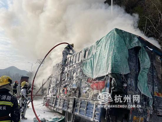 杭州绕城高速货车起火 现场浓烟滚滚 3个消防站前来救援(组图)