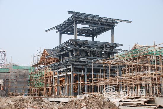 寺廟廣場一側的鼓樓,鋼結構主體,外面將用銅建造.