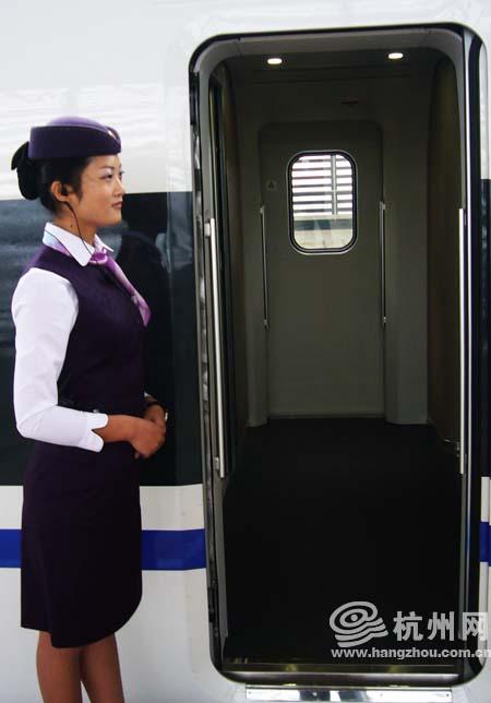 杭州网带你走进高铁列车:在火车上体验坐飞机头等舱的