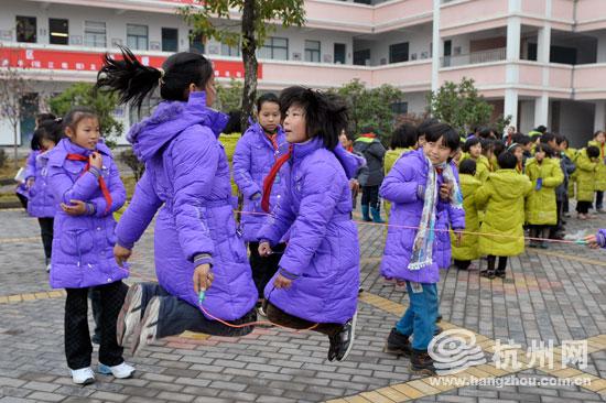 新冬衣,新跳绳,这个冬天孩子们将温暖很多.