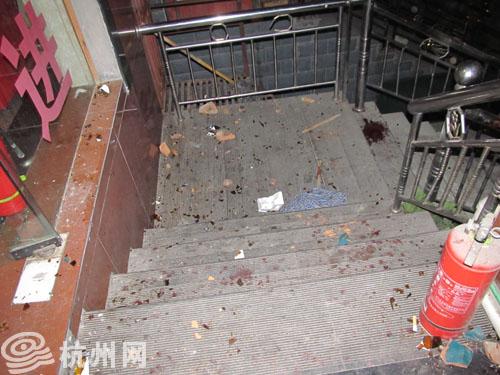 旅馆门前的楼梯上,到处是碎砖头和酒瓶碎片.