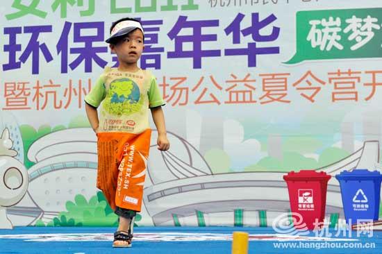 男童环保衣服制作图解_男孩子环保塑料袋衣服图片