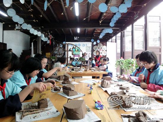 学生们在国学课堂里学习陶艺制作.