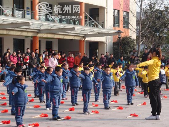 快过年了,街头巷尾洋溢着浓郁的节日气氛,杭州市大成实验幼儿园佳成园区的宝宝们,则用自己的方式庆祝新一年的到来和爸爸妈妈来一场亲子运动会。 幼儿园里的火炬传递 一大早,运动会在12个班级的火炬传递中拉开帷幕,当一对父子在最高点将主火炬点燃时,宝宝们的欢呼足以赛过园外的车水马龙声。 接下来,宝宝们的《铁锤操》、《彩旗操》、《扇子操》等道具轮番上场;教师的《瑜伽式颈椎操秀》,让家长们现场参与、互动学习;保育员的排舞整齐且活力四射,全方面地秀出了幼儿与教师们活力与热情的精神面貌。 在操场的北面
