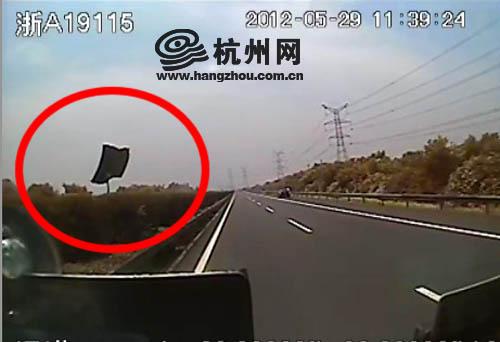 地球都哭了……揭露杭州:客车司机被突降铁块击中 忍痛救下全车乘客(图 视频)