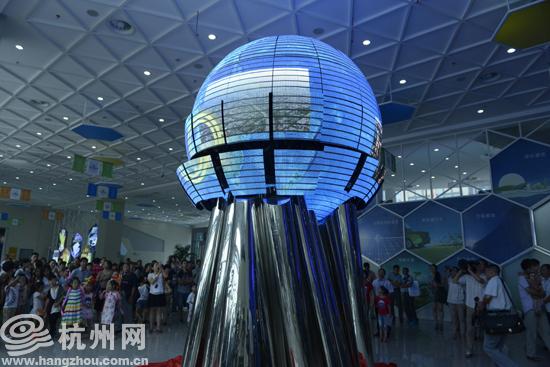 今天上午,中国杭州低碳科技馆举行了隆重的开馆仪式。中国杭州低碳科技馆是国内第一家以低碳为主题的大型科技馆,是杭州市委、市政府打造生态型城市建设的重要举措,是杭州市推进全国生态文明建设试点和国家低碳城市试点工作的精彩之笔。 坐落在钱塘江南岸滨江区江汉路1888号的中国杭州低碳科技馆,总建筑面积33656平方米,总投资约4.