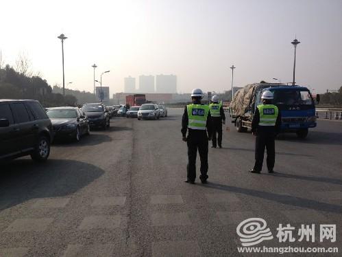 记者高颖田从高速公路发回报道:从今天开始,运管部门开始针对春