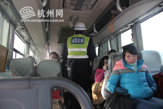 春运首日严守高速卡口 大巴车擅改线路要处罚 视频
