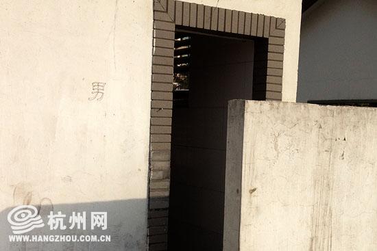 运河水上巴士濮家站码头边的公共厕所,外观上没有任何标识。  公厕的男女标识是铅笔写上去的。  厕所内的电灯也破损了。  厕所内部满是污渍,气味难闻。  公厕一角躺着破损的便池门。  杭州网讯 公共厕所是修建起来为大家提供方便的,但是杭州有一个公共厕所却不是那么方便。