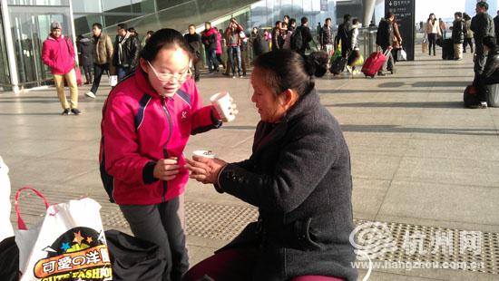 杭州师范大学东城小学生担起务工v学籍者的春运学籍照片信息小学生图片