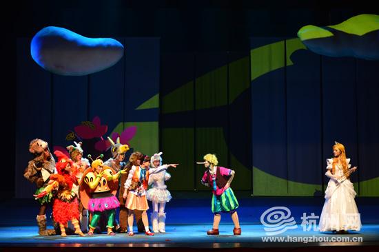 杭州网讯 匹诺曹几乎是家喻户晓的童话人物,本周六(2月15日),根据经典童话故事《匹诺曹》改编的儿童剧《小木偶变变变》,将在浙话艺术剧院上演(湖墅路136号)。该剧将一些正能量以轻松幽默的方式传达给孩子们,希望小朋友都能做一个诚实、善良、勇敢的好孩子。 《小木偶变变变》讲述的是老木匠薛贝瑞为欢乐小镇做了很多的木偶,孤独的他梦想着木偶匹诺曹能说话。一天,仙女的出现让匹诺曹真的会说话了匹诺曹和好朋友安思丽在上学路上遇到了狡猾的狐狸和野猫,单纯幼稚的匹诺曹被坏蛋骗去了爸爸用大衣换来的学