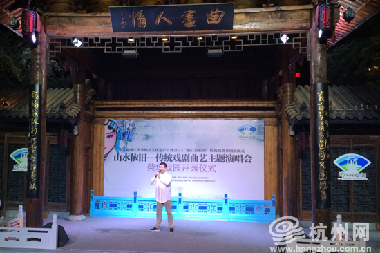 """""""越剧王子""""赵志刚为戏迷表演《沙漠王子》.-杭州荣华戏院重开 首"""