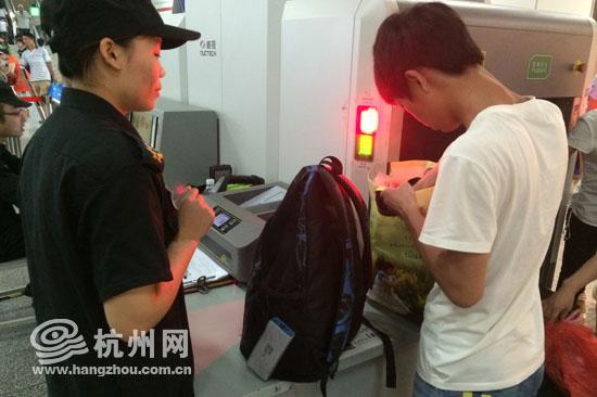 杭州地铁加强安检工作 瓶装物一律复检
