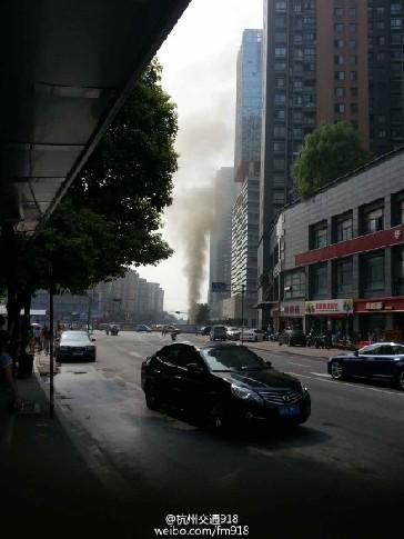 飞云江路钱江路口地铁工地冒出黑色浓烟。
