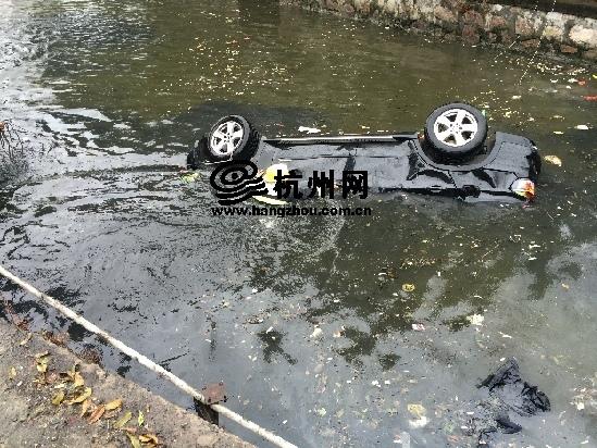 宝马车被追尾掉入河中 怀胎8月孕妇溺亡
