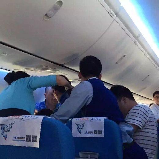 厦航空姐飞机上急救乘客