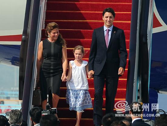 加拿大总理特鲁多与他美丽的妻子、可爱的女儿走下飞机.-加拿大帅