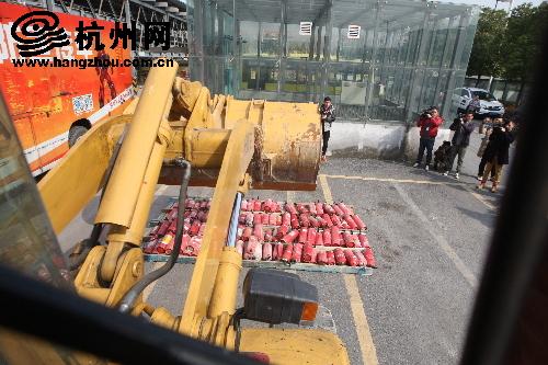 杭州消防对假冒零容忍 用挖掘机销毁伪劣灭火器