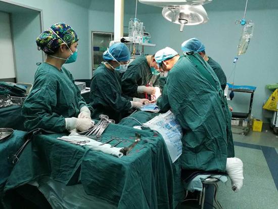 杭州医生半跪一小时给病人做手术