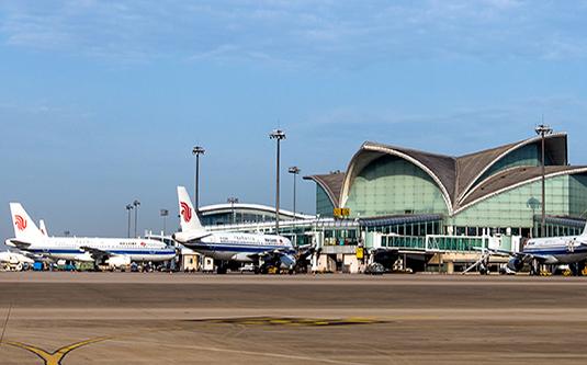 杭州机场将执行夏秋季航班表  杭州网讯 3月26日零时起,杭州萧山国际机场将执行新的夏秋季航班时刻表。新的航班时刻表中,杭州机场增加了不少新的国内外航线和航班。 记者了解到,今年夏秋季国内航线的新面孔特别多,比如开航不久的山东日照机场、以风景出名的四川稻城亚丁机场、万里长城的最西端嘉峪关机场、中国凉都贵州六盘水机场、位于陕、甘、川交通要道的甘肃天水机场,东北三江平原腹地的黑龙江佳木斯机场、还有河北唐山机场等等,都将在这个新航季陆续开通杭州航班。 和冬春季航班相比,新航季增加了不少