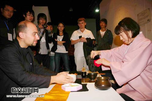 印尼茶席设计者用生硬的中文向观众解释,这把看似简陋铁壶背后蕴藏的