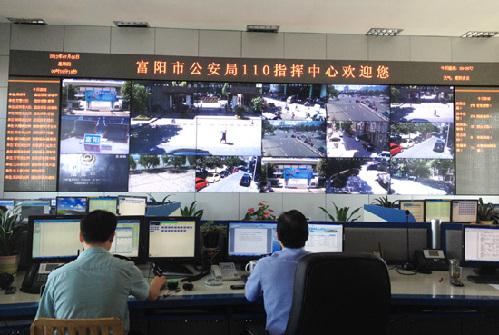 富阳市公安局指挥中心大屏幕可看到各监控运行情况.